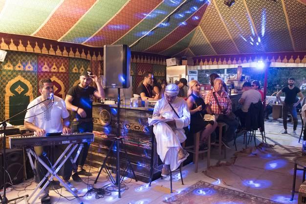 Fast wie in einem Beduinen-Zelt in der Wüste: In diesem orientalischen Kaffee taucht man in «1000 und eine Nacht» ein.
