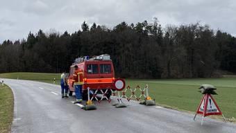 Die Feuerwehr Freiamt Mitte hat die Strassensperrung kurz vor 10 Uhr veranlasst.