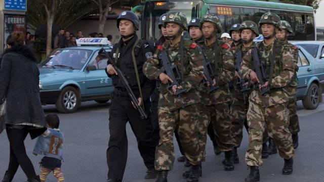 Polizisten sind auch nach der Verhaftung präsent (Symbolbild)