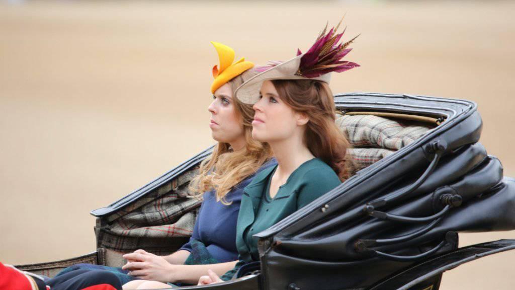 Die Prinzessinnen Beatrice (links) und Eugenie (rechts) mit dezentem Kopfschmuck bei der Parade zum 90. Geburtstag der Queen.