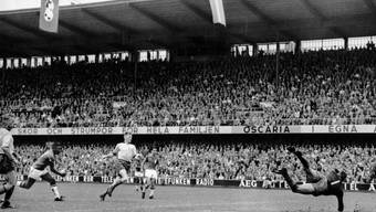 Pelé beim wegweisenden Goal zum 3:1 im WM-Final gegen Schweden
