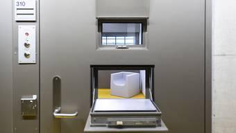 Das Coronavirus liess auch die Justiz erfinderisch werden. So sind neu etwa auch Einvernahmen per Video möglich. Im Bild eine Zelle in der Kriseninterventionsabteilung im Gefängnis Limmattal.