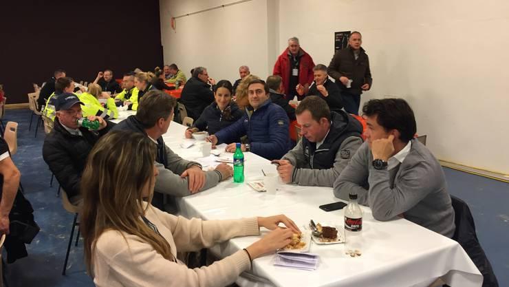 Janika Sprunger mit Frend Piergiorgio Bucci beim Essen im Restaurant.