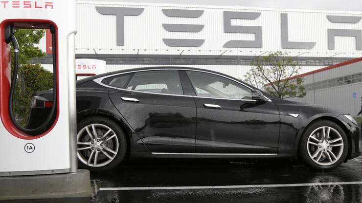 Ein Auto von Tesla an einer Ladestation. (Archiv)