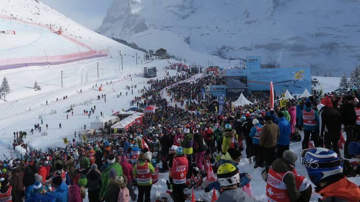 Tausende von Fans verfolgen das Rennen gegenüber des Hundschopfs.