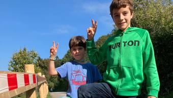 Am Mittwochmittag hat der elfjährige Marlot Hersche (rechts) einen Tresor im Schlamm gefunden – hier posiert er mit seinem siebenjährigen Bruder Yoann.