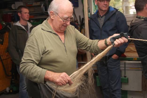 Werren verspinnt Flachs mit dem Jutegarn