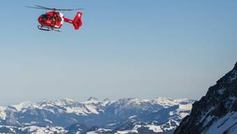 Die Einsatzkräfte, mitunter ein Helikopter der Rega, konnten den Bergsteiger nur noch tot bergen. (Symbolbild)
