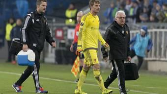 Germano Vailati (Mitte) verlässt zusammen mit Physiotherapeut Nicolas Unternährer (links) und Vereins-Arzt Felix Marti (rechts) nach seiner Verletzung den Platz.