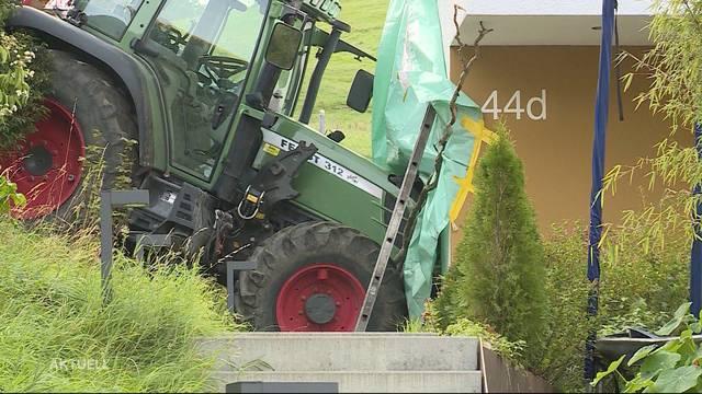 Traktor Rollt direkt in Hauswand