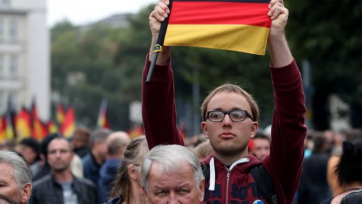 Teilnehmer an einer von rechten Gruppen organisierten Kundgebung in der deutschen Stadt Chemnitz.