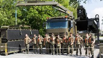 Soldaten der Schweizer Armee installieren in Brugg die neue Unterstützungsbrücke 46m