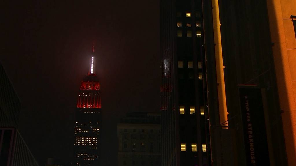 Empire State Building erleuchtet in rot