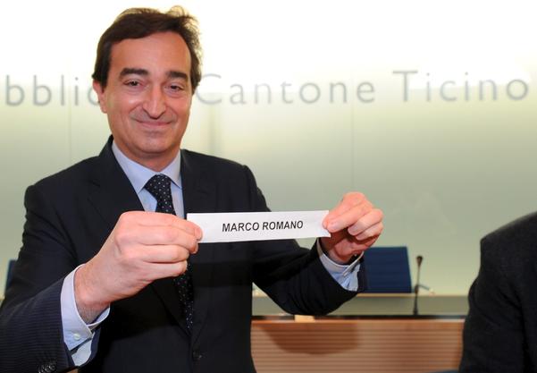 Marco Borradori, 2011 stellvertretender Regierungspräsident, präsentiert das Los, das er gezogen hat: gewählt ist Marco Romano.