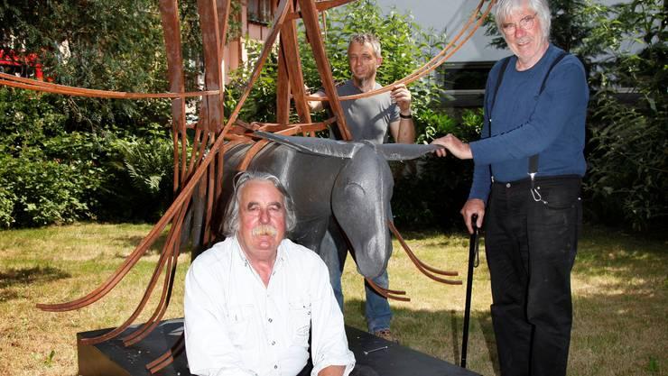Schang Hutter (r.) mit Kurator Rolf Walker (l.) und Michele Fiore (M.) neben seinem Esel.  Hanspeter Bärtschi Rolf Walker (sitzend) hatte die Idee, Schang Hutter (r.) und andere Hutter kamen: ans erste «Nomen est Omen»-Festival in Wangen a/A.  bar