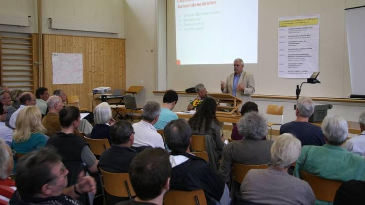 Gemeindeammann Peter Plüss erläutert den Standpunkt der Projektleitung in der Turnhalle.  Christian Roth