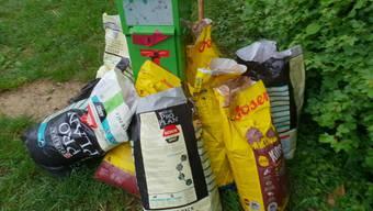 Rund um den Robidog-Behälter bei der Abzweigung Ueberthal in Remigen wurde Hundekot in grossen Mengen in Hundefuttersäcken deponiert.
