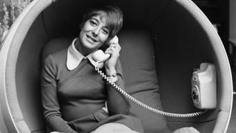 «Sieht doch chic aus, oder?» Diese Frage konnte das englische Fotomodell Julie Philpott 1970 nur per Analog-Kabeltelefon stellen.