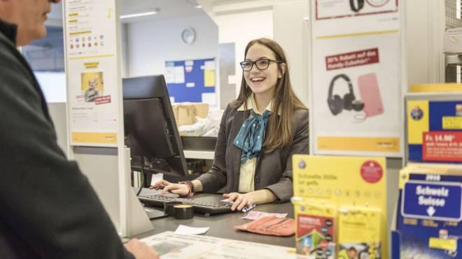 Ausgelächelt: Die Mehrheit der Schalterangestellten muss gemäss Syndicom um ihren Job bangen. Foto: Keystone/Christian Beutler