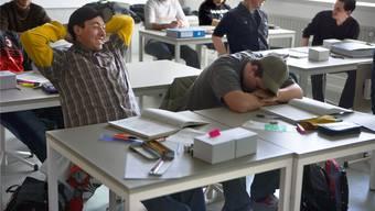Mit Beginn der Pubertät verschiebt sich die «innere Uhr» nach hinten, erst mit zwanzig normalisiert sich das Schlafverhalten wieder – die Sekundarschule Aesch reagiert jetzt auf diesen Befund.