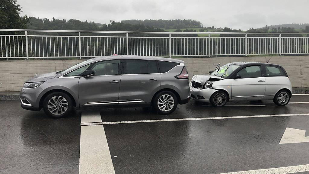 Der Lenker des kleinen Fahrzeugs rechts hatte zu spät bemerkt, dass das vor ihm fahrende Auto wegen eines Lichtsignals stoppte. Zwei Personen wurden verletzt.