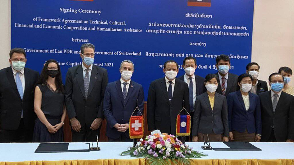 Die Schweiz hat mit Laos ein Kooperationsabkommen unterzeichnet, das die Entwicklungszusammenarbeit der beiden Länder vertiefen soll. Aussenminister Ignazio Cassis (vierter von links) war vor Ort.