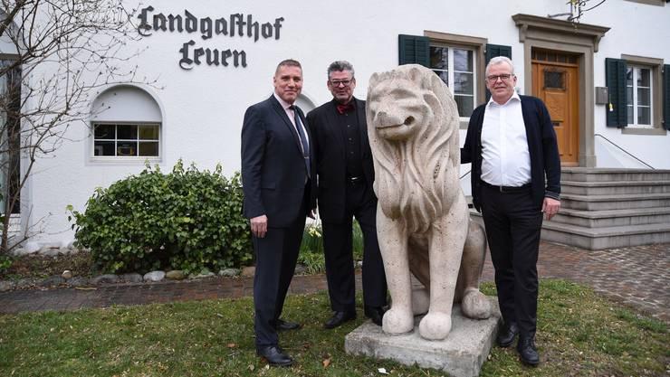 Von links: Geschäftsführer Thomas Kündig, Remo Schällibaum und der abtretende Hans-Jörg Bernegger vor dem «Leuen».