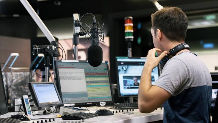 Im Abstimmungskampf weniger unter Beschuss als die Kollegen vom Fernsehen: Radio-Moderatoren beim SRF.