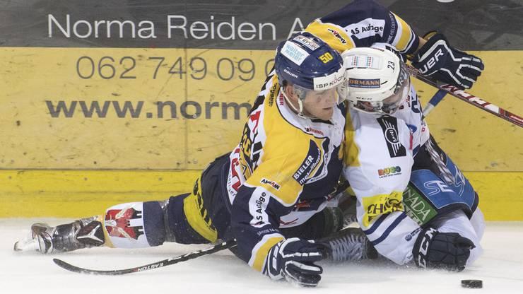 Umkämpftes Spiel: Langenthals Arnaud Montandon (links) im Duell mit Ambris Christian Stucki schenken sich nichts.