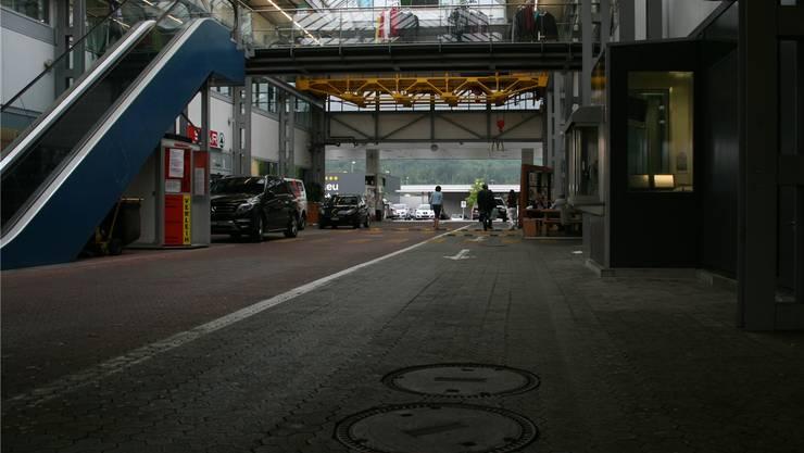 Abgesehen von den Streikfahrzeugen (links) wirkt die Demuth-Fabrik verlassen. Florian Zimmermann