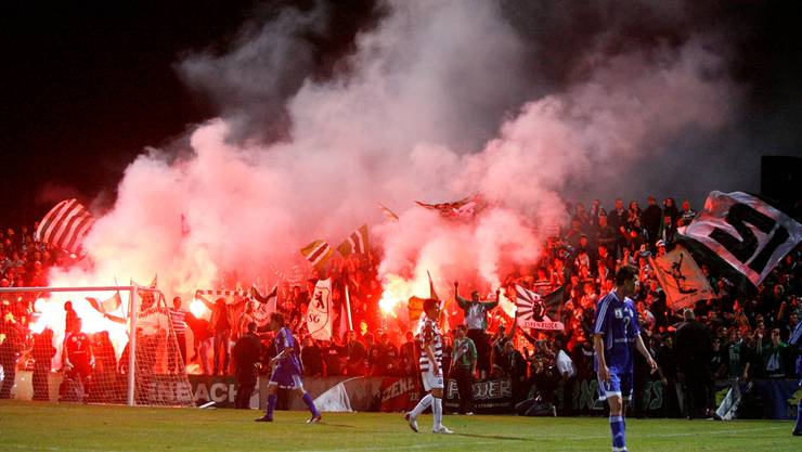 Heisse Szenen im Rankhof, dem Heimstadion des FC Black Stars. Hier kann das Cupspiel aus Sicherheitsgründen nicht stattfinden. Das Foto zeigt Fans des FC St.Gallen, die im Mai 2009 im Rankhof den Aufstieg nach dem Spiel gegen den FC Concordia Basel feiern.