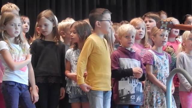 Premiere: Die Kinder singen das Oekingerlied.