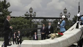 Der türkische Präsident Recep Tayyip Erdogan legt Blumen am Denkmal für die Opfer des gescheiterten Militärputsches nieder.