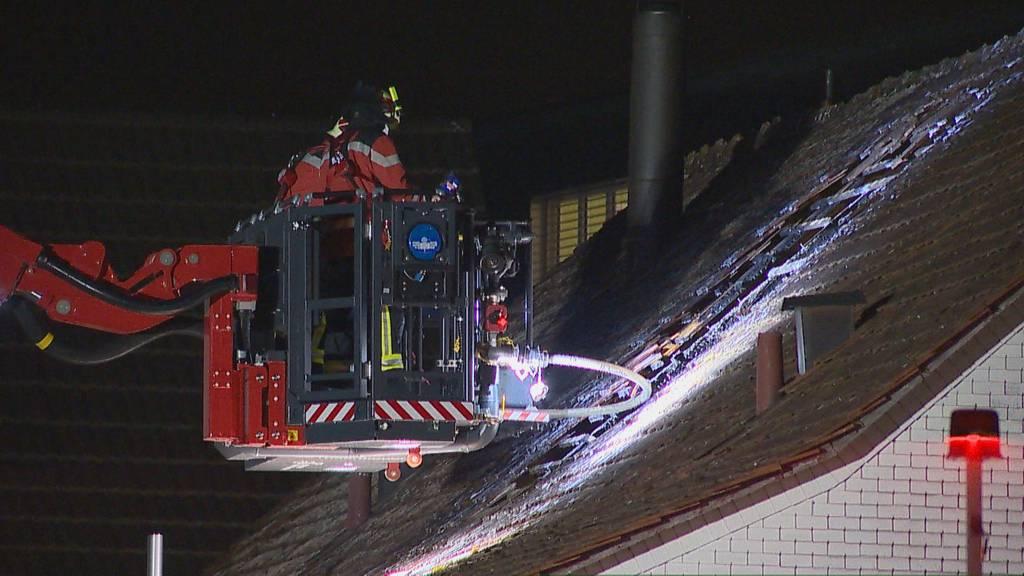 Dachstock von Haus fängt Feuer – eine Person verletzt