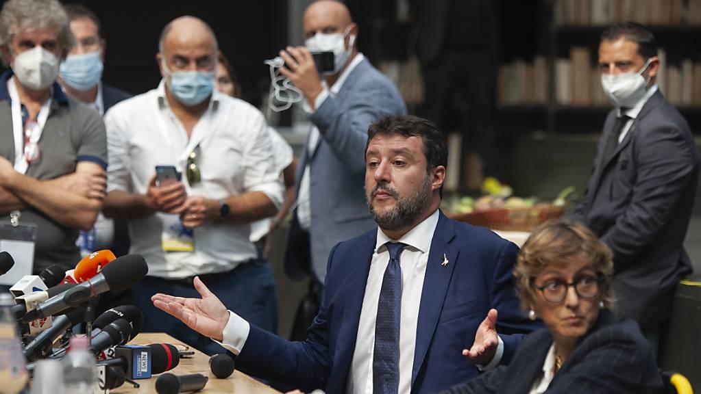Matteo Salvini (2.v.r), ehemaliger Innenminister von Italien, sitzt während einer Pressemitteilung neben Giulia Bongiorno (r), seiner Anwältin . Foto: Valeria Ferraro/SOPA Images via ZUMA Wire/dpa