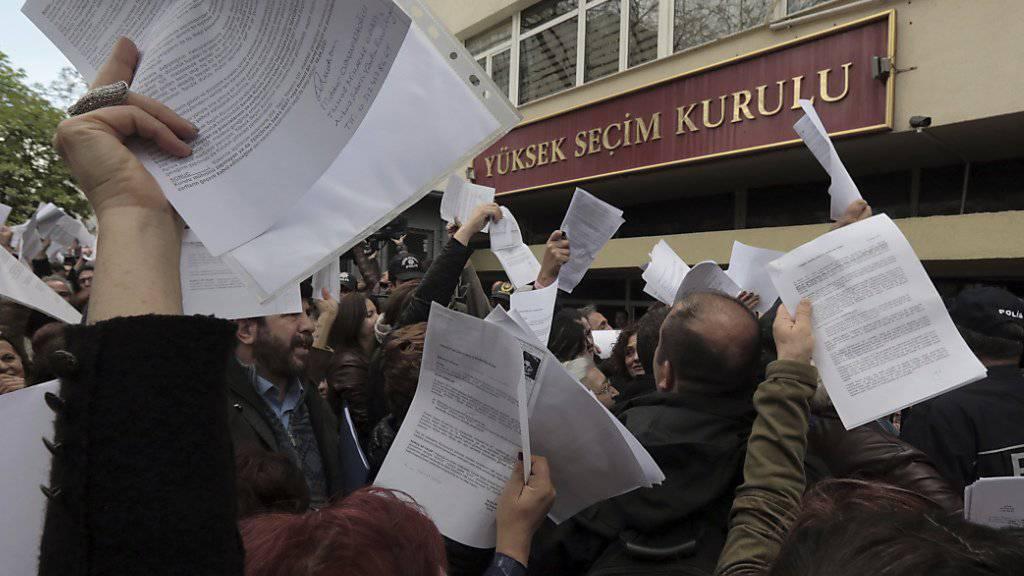 Hunderte von Menschen haben am Dienstag in Ankara in einer Petition gefordert, dass der umstrittene Entscheid vom Sonntag - nicht offizielle Abstimmungszettel zuzulassen - rückgängig gemacht wird. Aus dem gleichen Grund beantragte die Oppositionspartei CHP die Annullierung der Abstimmung.