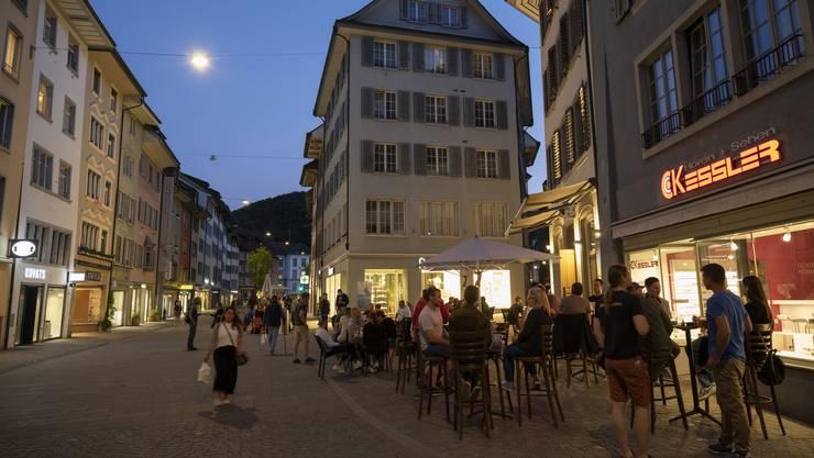 Das war vor der Pandemie nicht erlaubt: Badener Restaurants dürfen grosse Teile des öffentlichen Raums beanspruchen. (Bild: 20. Mai 2020)