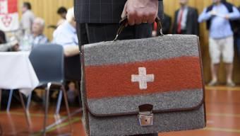 """Für eine """"unabhängige und neutrale Schweiz"""": Auns-Sympathisant mit Aktentasche an der 33. Mitgliederversammlung in Bern."""