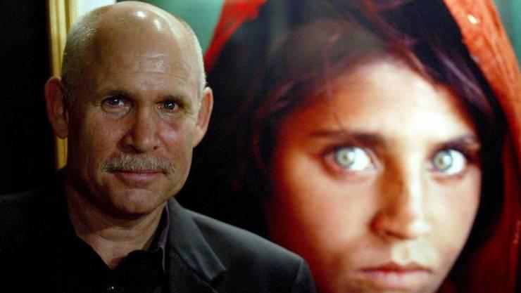 Steve McCurry vor seinem berühmten Bild eines Mädchens in Afghanistan (Archiv)