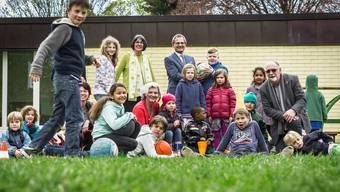"""Kinder mit Vertretern des Initiativkommitees """"2xJa am 5. Juni für Kinder und Familien"""" im Garten der Kita."""