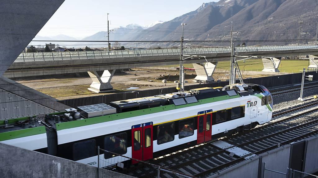 Die vollständige Einführung des neuen Fahrplans bringt deutliche Verbesserungen im Tessiner Regionalverkehr. Im Bild ein SBB RegioExpress Tilo, der von Locarno Richtung Lugano durch den Ceneri-Basistunnel fährt.