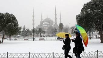 Ungewohntes Bild in Istanbul: Moschee im Schnee