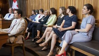 Nationalrätinnen beobachten die Ständeratssession.