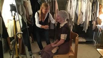Kostümbildnerin Ursula Müller (l.) lässt die Darsteller 500 Jahre zurückreisen.