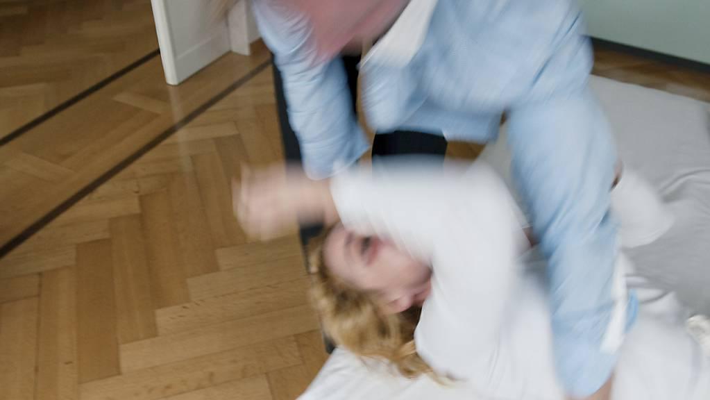 Mit dem revidierten Persönlichkeitsschutzgesetz in Nidwalden soll die Kantonspolizei künftig die Fälle von häuslicher Gewalt behandeln. (Themenbild)