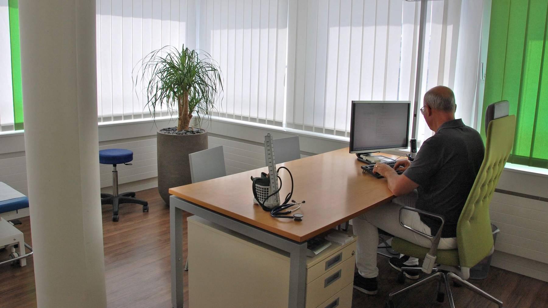Der Ebikoner Facharzt Andreas Heisler hat Post aus der Gesundheitsdirektion erhalten.