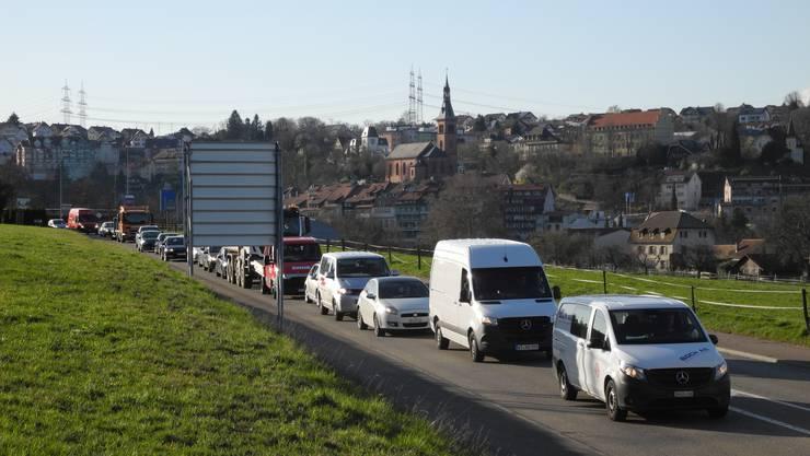 Stau, so weit das Auge reicht: der Grenzübergang in Laufenburg am Mittwochabend.