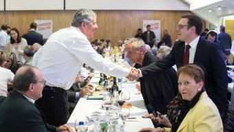 Patrick Walder (r.), der neue Präsident der SVP Zürich, begrüsst gestern seine Mitglieder zur Versammlung.