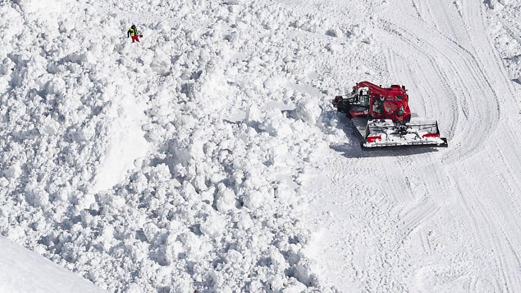 Gibt es einen wirtschaftlichen Druck, Pisten für Touristen zu öffnen? Nein, sagt der Chef der Walliser Bergbahnen. Im Bild der Kegel der Lawine, die am Dienstag in Crans-Montana niederging.