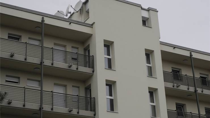 Auf dem Mehrfamilienhaus mit 24 Wohnungen an der Lättenstrasse 2 im Zelgli Quartier soll die Antenne erstellt werden. Kevin Capellini
